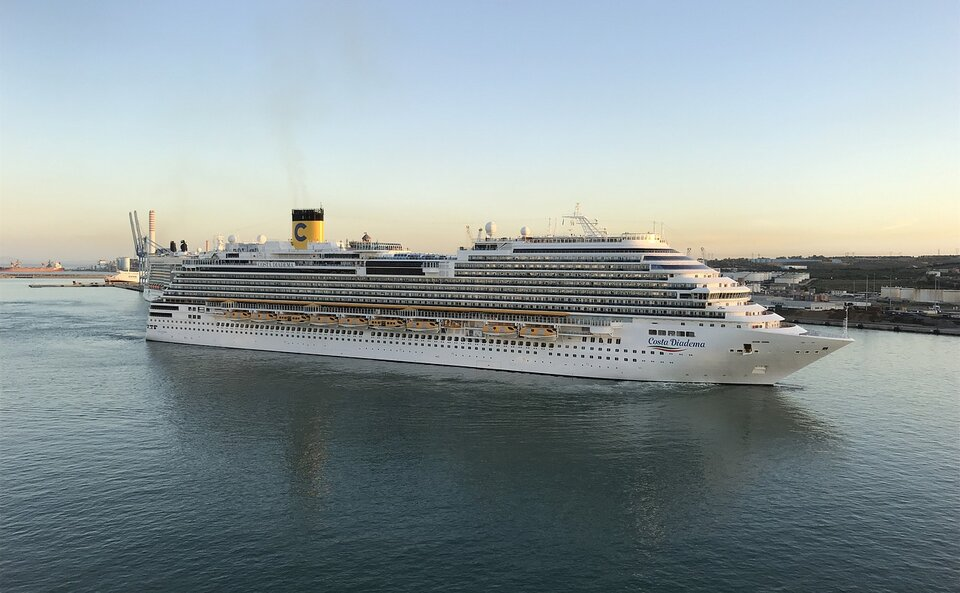 Encouraging response by guests before Costa Diadema restart